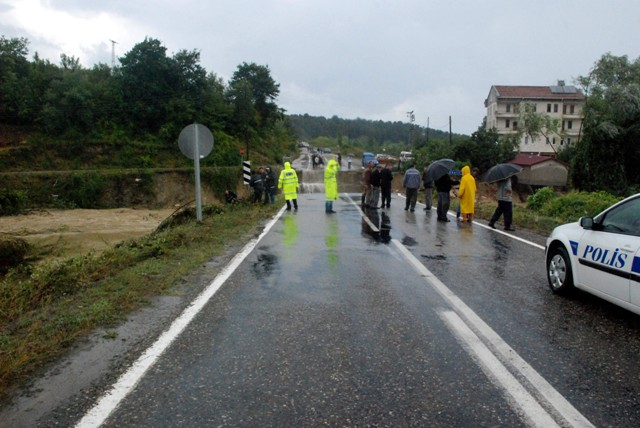 Sinopta Aşırı yağış hayatı durdurdu! galerisi resim 16