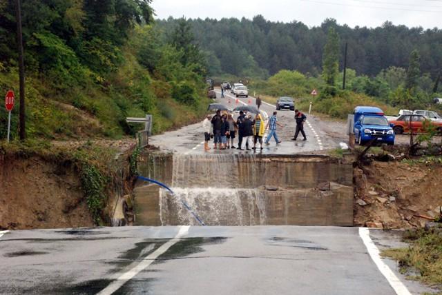 Sinopta Aşırı yağış hayatı durdurdu! galerisi resim 17