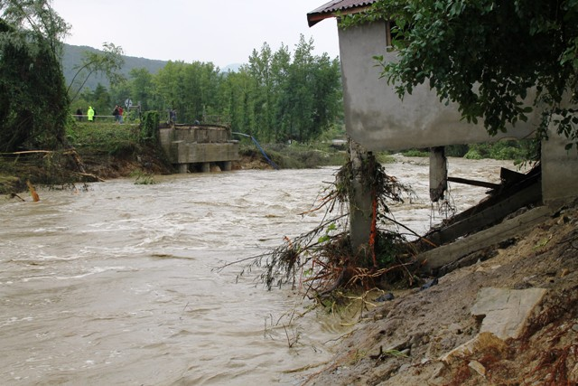 Sinopta Aşırı yağış hayatı durdurdu! galerisi resim 4