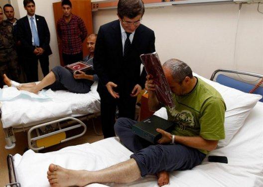 Davutoğlundan yaralı polislere Kuran ve bayrak galerisi resim 4