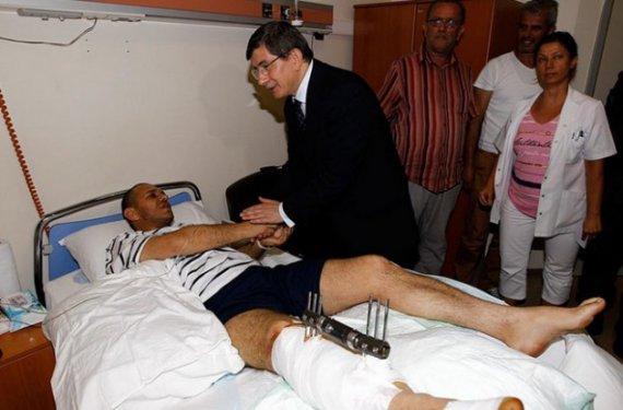 Davutoğlundan yaralı polislere Kuran ve bayrak galerisi resim 6