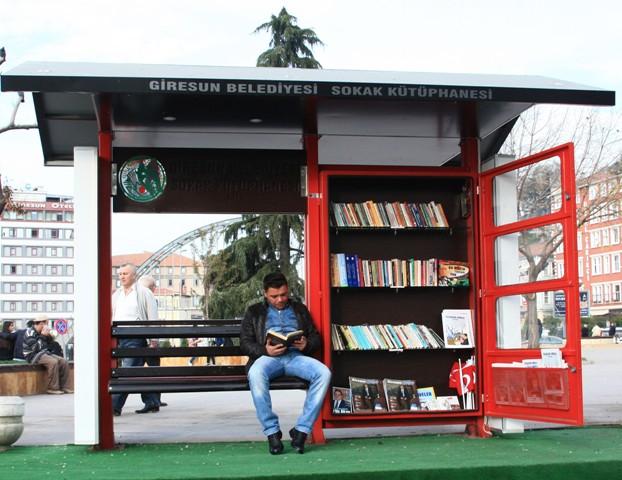 Sokak kütüphanesi her yaştan insanı okumaya teşvik ediyor galerisi resim 1
