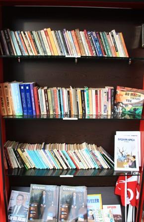 Sokak kütüphanesi her yaştan insanı okumaya teşvik ediyor galerisi resim 2