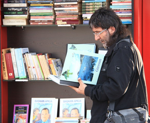 Sokak kütüphanesi her yaştan insanı okumaya teşvik ediyor galerisi resim 6