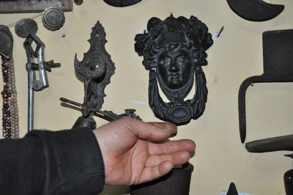 Babasından kalan asırlık eşyaları iş yerinde sergiliyor galerisi resim 10