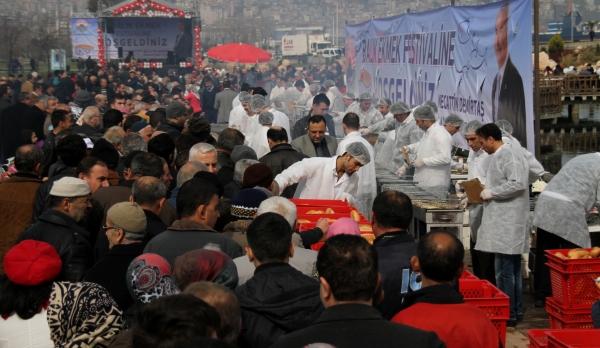 Samsunda 20 bin kişiye balık ekmek dağıtıldı galerisi resim 1