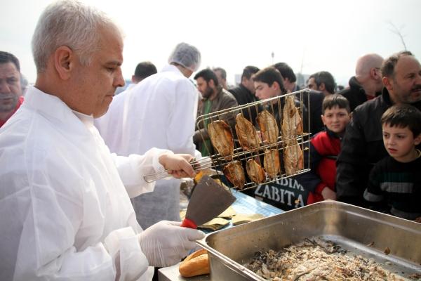 Samsunda 20 bin kişiye balık ekmek dağıtıldı galerisi resim 10