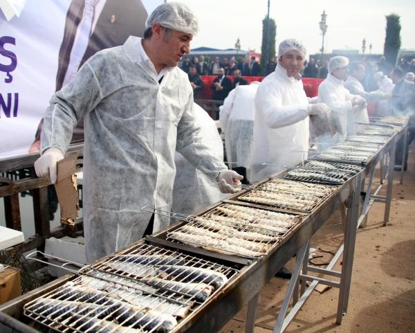 Samsunda 20 bin kişiye balık ekmek dağıtıldı galerisi resim 12