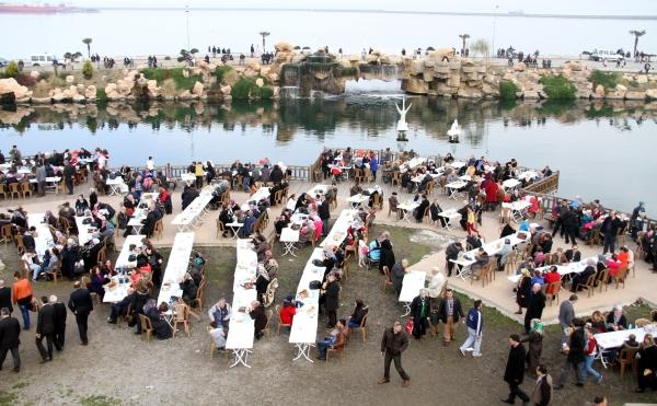 Samsunda 20 bin kişiye balık ekmek dağıtıldı galerisi resim 15