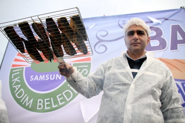 Samsunda 20 bin kişiye balık ekmek dağıtıldı galerisi resim 4