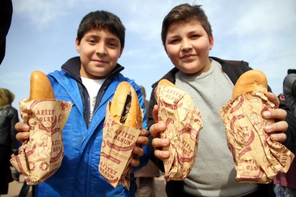 Samsunda 20 bin kişiye balık ekmek dağıtıldı galerisi resim 6