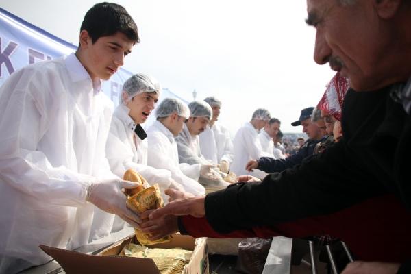 Samsunda 20 bin kişiye balık ekmek dağıtıldı galerisi resim 7