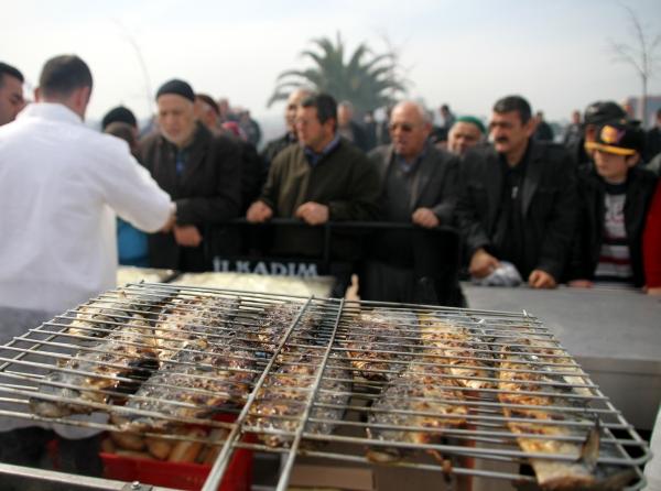 Samsunda 20 bin kişiye balık ekmek dağıtıldı galerisi resim 8