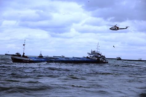 Karaya Oturan Gemiye Helikopterli Operasyon! galerisi resim 3