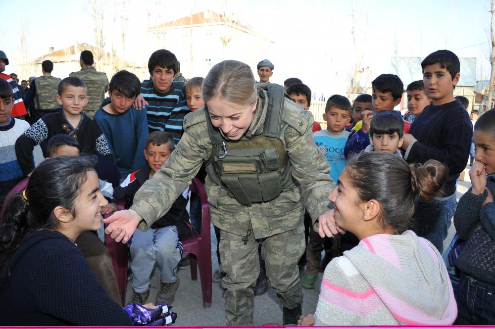 Yüksekovalı Çocukların Askerlerle Futbol Coşkusu galerisi resim 1