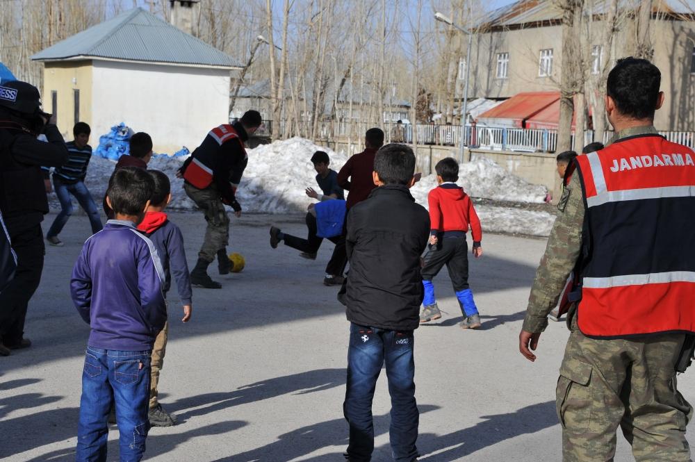 Yüksekovalı Çocukların Askerlerle Futbol Coşkusu galerisi resim 11