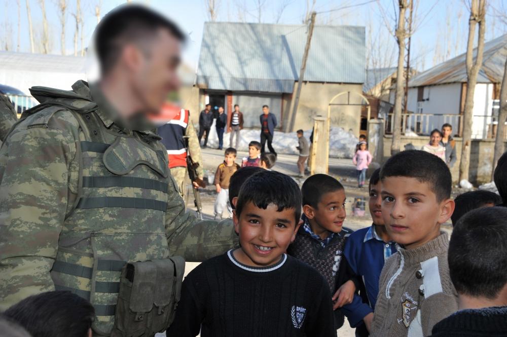 Yüksekovalı Çocukların Askerlerle Futbol Coşkusu galerisi resim 4