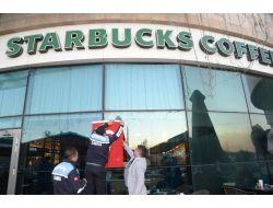 MHP'li Başkan Adana'daki Starbucks'a Türk Bayrağı Astırdı