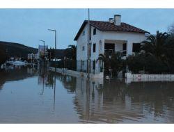 Çeşme'de Suların Tahliyesi Sabaha Kadar Devam Etti