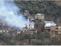 Köyde Çıkan Yangında 20 Ev Yandı
