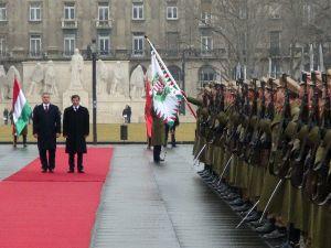 Başbakan Davutoğlu, Macaristan'da Resmi Törenle Karşılandı