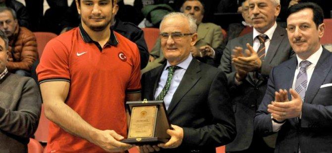 Başkan Yılmaz'dan Milli Güreşçiye Ödül