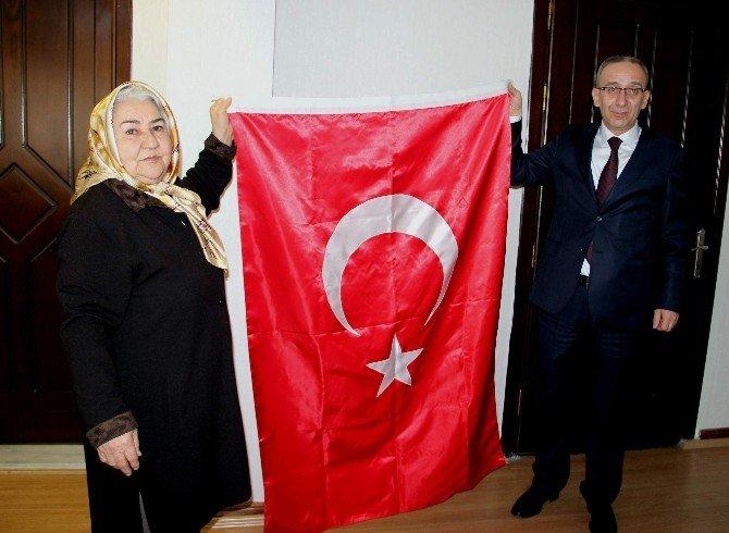 """""""Bayrak Ana"""" Mersin'den Samsun'a Bayrak Getirdi"""