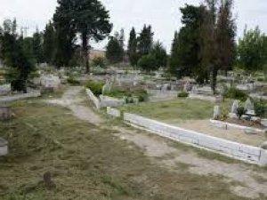 Mezarlıklarda Düzenleme Çalışmaları Yapıyor