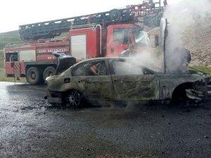 Ağrı'da Park Halindeki Araba Yakıldı