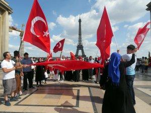 Paris'te Darbe Karşıtı Demokrasi Yanlısı Türkler Gösteri Yaptılar