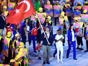 Rio'da Türk Bayrağı'nı Rıza Kayaalp Taşıdı