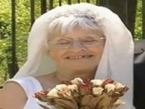 80 Yaşındaki Kadın Evlilik Vaadiyle Kandırdığı Erkekleri Soydu