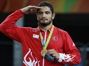 Bakan Çağatay Kılıç'tan Milli Güreşçi Taha Akgül'e Tebrik