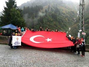 AK Parti'li Kadınlar Zirvede Şehitler Anısına Türk Bayrağı Açtı