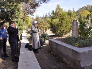 Eski Başbakan Davutoğlu, Kayınvalidesinin Kabrini Ziyaret Etti