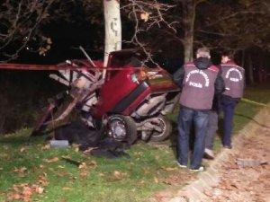 Kocaeli'de Ağaca Çarpan Otomobil İkiye Bölündü: 1 Ölü