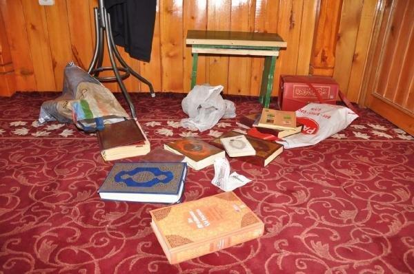 Aksaray'da Camiye Bırakılan Kuran-ı Kerim'in Arasında 1 Dolar Bulundu