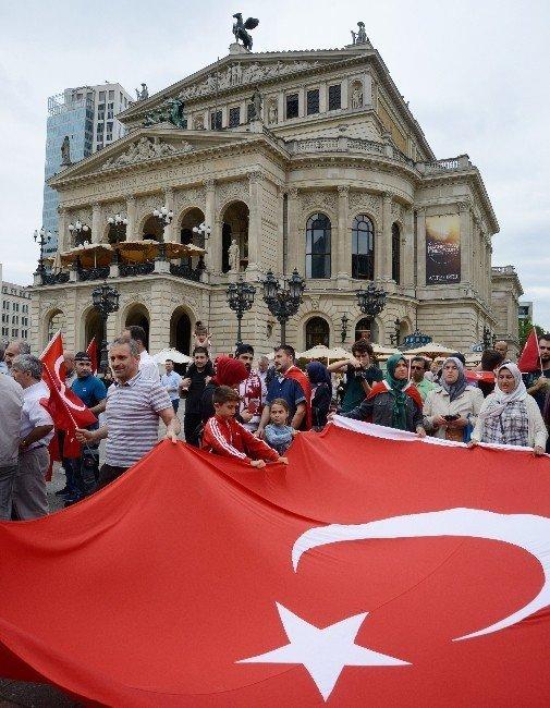 Almanya'daki Türklerden Darbecilere Tepki