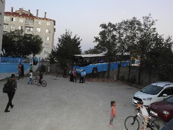 Çorum'da Otobüs Bahçe Duvarında Asılı Kaldı