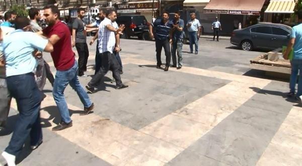 Diyarbakır İmama Tepki Gösteren Kişiyi Cemaat Böyle Dövdü