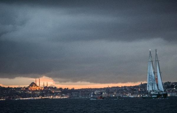 Greenpeace'in Rainbow Worrior Gemisi İstanbul Boğazı'nda