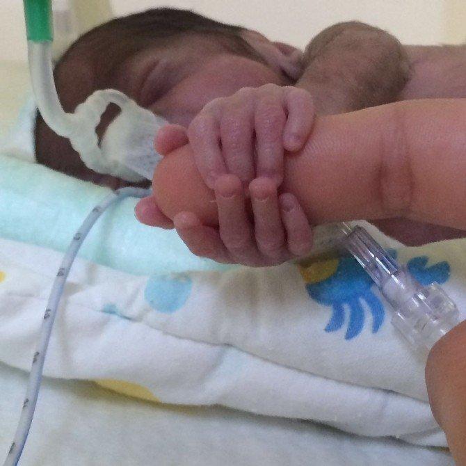 İzmir'de 684 Gramlık Minik Melih Yaşama Tutundu
