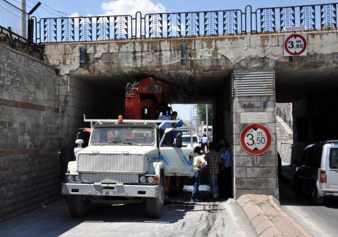 Kayseri'de Kamyon Alt Geçide Sıkıştı