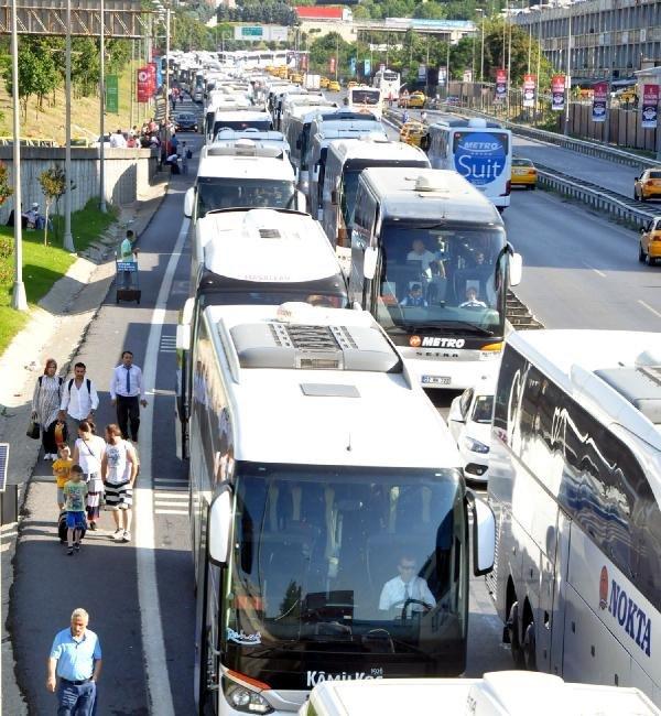 Bayrma Dönüşü Bayrampaşa'da Trafik Kabusu