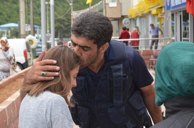Terör Olaylarından Etkilenen Genç Kız Polise Sarılarak Ağladı